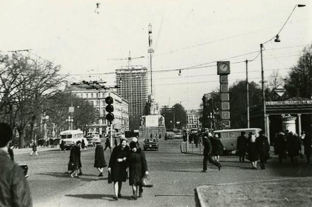 """Май 1972 года. Рига. Улица Ленина (бульвар Бривибас). Строящаяся гостиница """"Латвия"""" и часы """"Лайма"""" в виде цветных кубиков"""