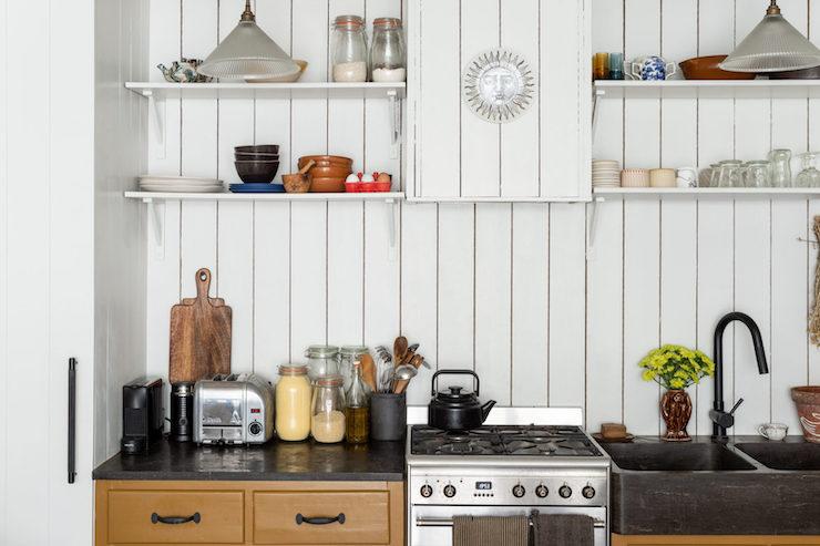 Cocina de estilo vintage con frente de madera