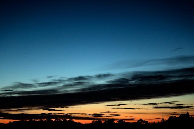 Utsikt från en höjd med kometen Neowise på himlen