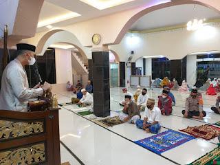 Dalam Rangka Program Syiar Ramadhan, Kapolres Enrekang Sampaikan Evaluasi dan Teguran Prokes Saat Tarwih