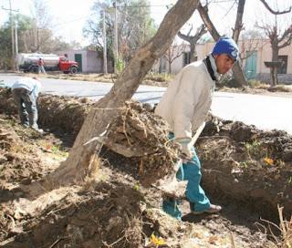 Obras de limpieza de drenes en Rawson hace años atrás. Los productores y autoridades volverán a lidiar con el aumento de las napas freáticas. Los drenes y zanjas son formas de combatir sus efectos