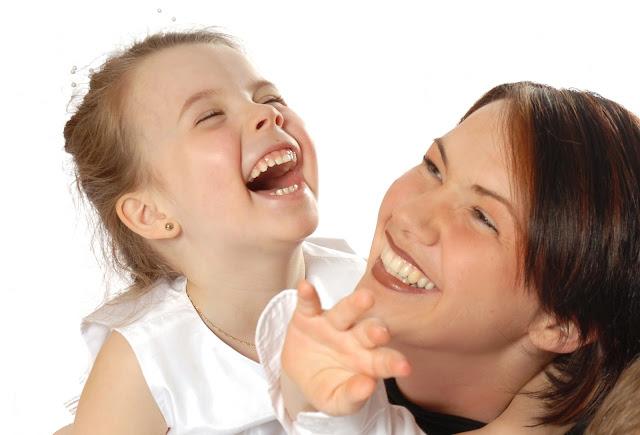 Mère et fille, rire jusqu'aux éclats.