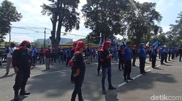 Buruh di Bandung Geruduk Gedung Sate