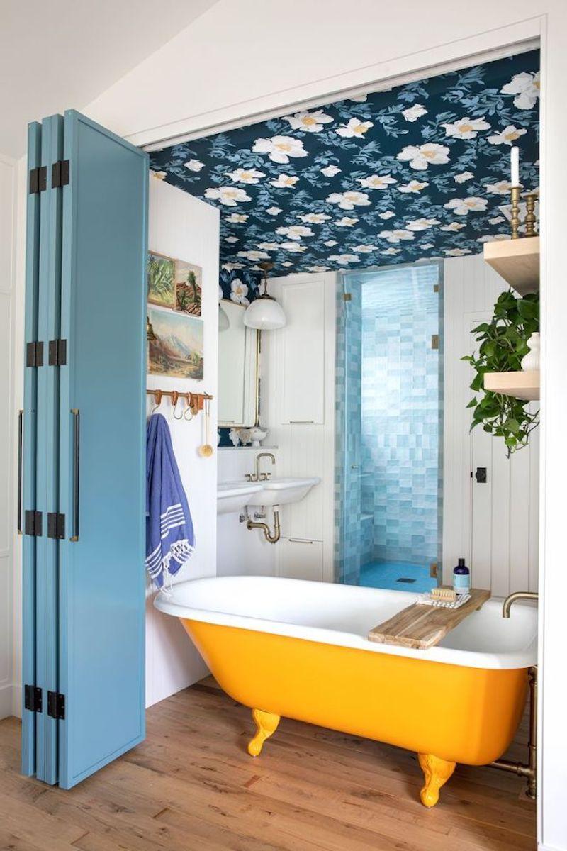 Puertas de madera con cierre en acordeón para separar dormitorio y baño