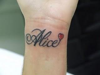 Tatuagem De Nomes No Ombro