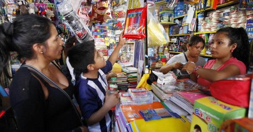 Miles de padres de familia llegan al Mercado Central para compra de útiles escolares de última hora