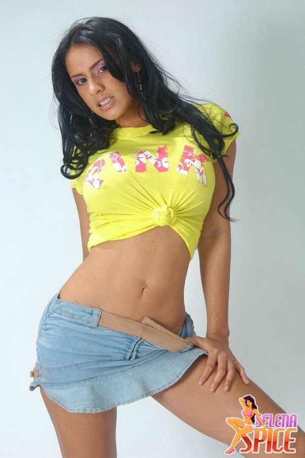 Andrea Rincon, Selena Spice Galeria 10 : Minifalda De Jean Y Camiseta Amarilla