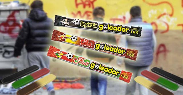 Tre gusti di caramelle Goleador con studenti delle medie sullo sfondo