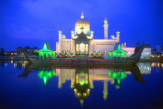 Sultan Omar Ali Saifuddin Mosque Front and River view