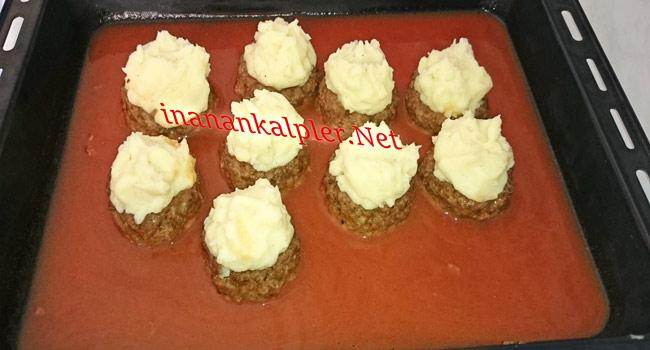Kızaran köfteleri fırından alıp içine patates püresini yerleştirin