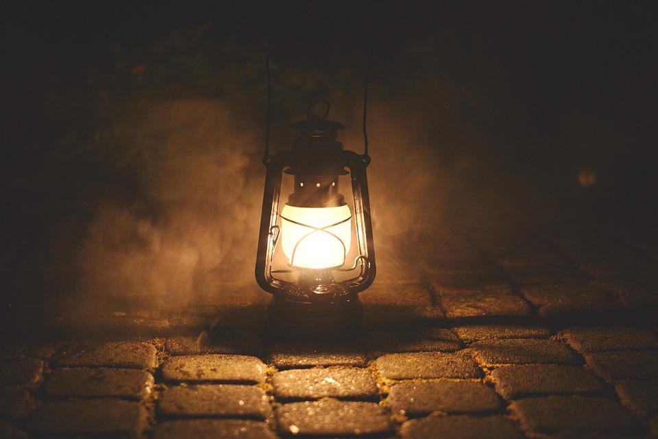 film cahaya menakutkan kamar gelap