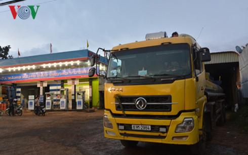 Gia Lai: Tạm giữ xe bồn chở 19.000 lít xăng nghi là xăng lậu