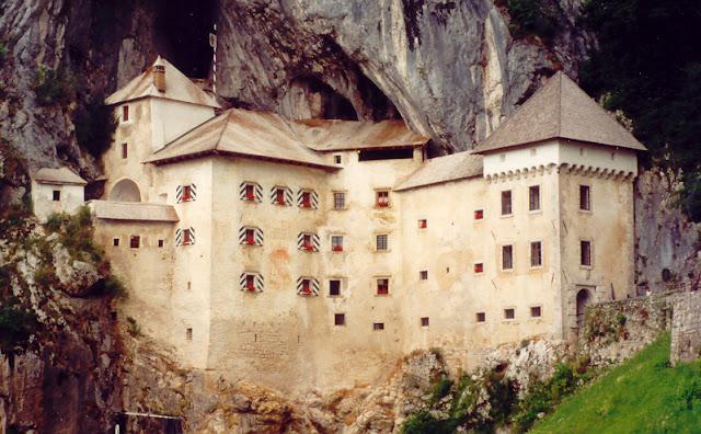 www.fertilmente.com.br - A estrutura maciça do castelo de predjama também o ajudou a sobreviver a diversas investidas dos Habsburgos