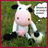 Vaca sentada con patrón en castellano amigurumi