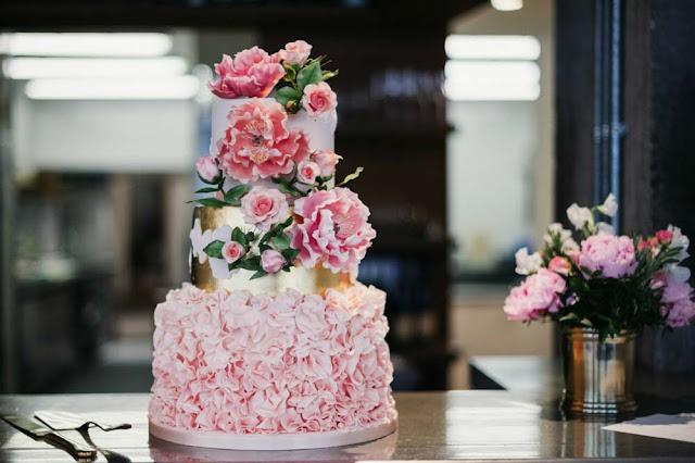 Tarta nupcial en rosa y dorado - Foto: Babb Photo