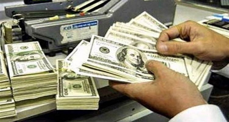 حيلة جديدة من تجار السوق السوداء بعد انخفاض سعر الدولار
