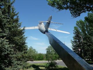 Дружківка. Вул. Космонавтів. Пам'ятник літак МіГ