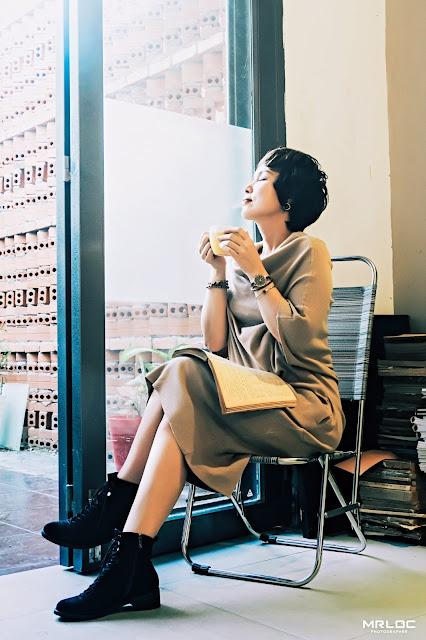 Phụ nữ là điều tuyệt vời nhất để thưởng thức coffee và đọc sách vào buổi chiều hôm nay