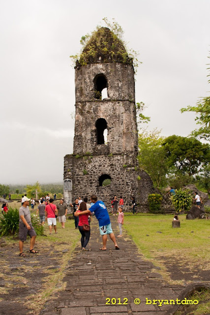 Cagsawa Ruin with tourist