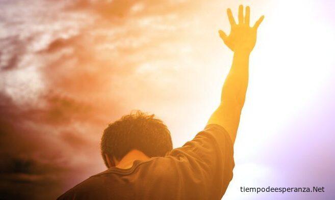Hombre clamando a Dios