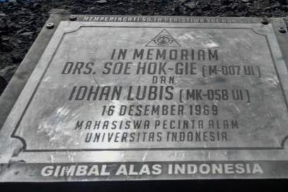 "Plakat Soe Hok Gie Akhirnya Terpasang Kembali di Atap Tertinggi Pulau Jawa ""Mahameru"""