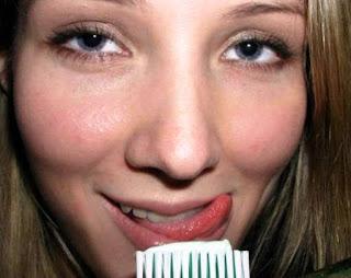 Blonda goală se spală pe dinți