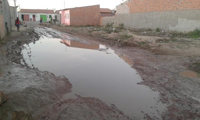 Delmiro Gouveia: Moradores do Bairro Pedra Velha reclamam de um vazamento em um cano d'água