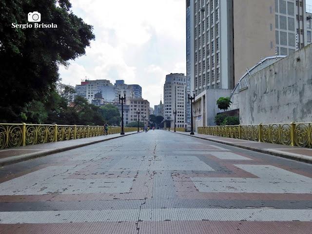 Vista ampla da passarela do Viaduto Santa Ifigênia no Centro Histórico de São Paulo