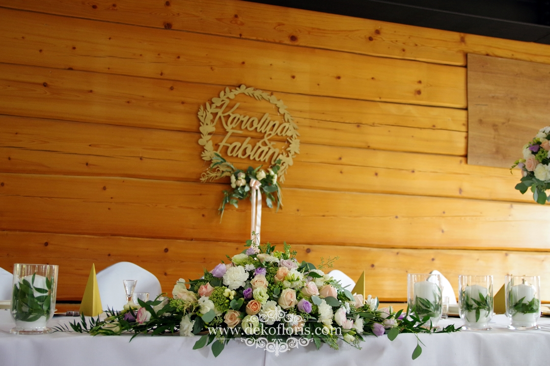 Kompozycja kwiatowa na stole głównym wesele Rzetnia