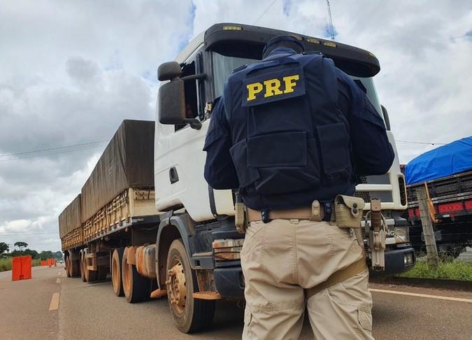 PRF e DNIT fiscalizam direitos e deveres de caminhoneiros em Porto Velho (RO)