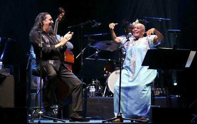 Compartiendo escenario con Diego 'El Cigala' (Foto: Twitter Omara Portuondo)