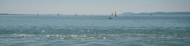 Vitorlások és hajók a Balatonon párában