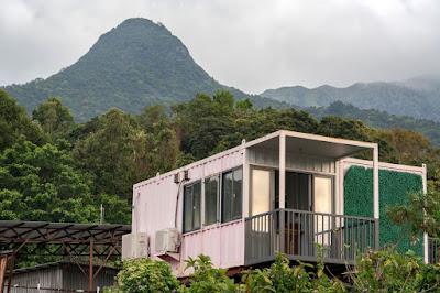 Mọi người đang sống trong các hộp thép bất hợp pháp trong thị trường bất động sản đắt nhất thế giới