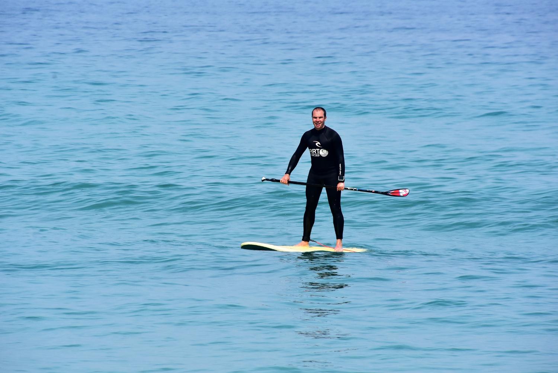 Haciendo paddle surf en Razo