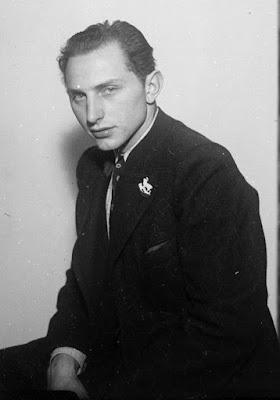 Detail - Junger Mann vor eine Wand - im Hintergrund eine Treppe - nach 1940