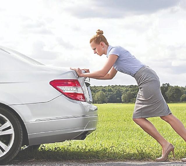 No es buena idea empujar un auto para arrancarlo