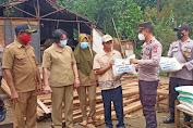 Polisi Bantu Evakuasi Pohon Tumbang yang Timpa Rumah Warga, Kapolres Bengkayang Berikan Bantuan Kepada Korban Pohon Tumbang