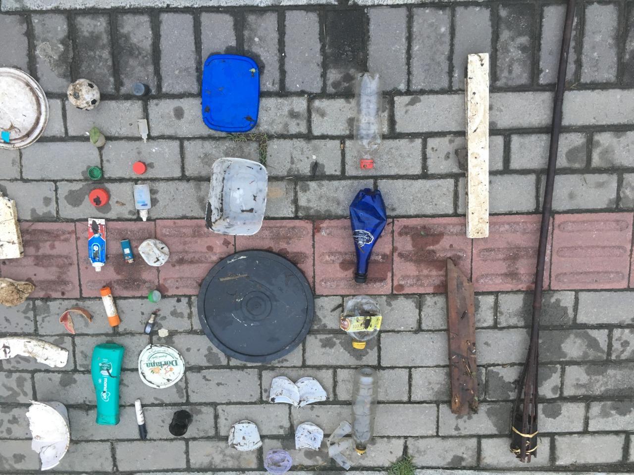 Resíduos barrados pela barreira ecológica no Ribeirão Jararaca. Foto: Tiago dos Santos.