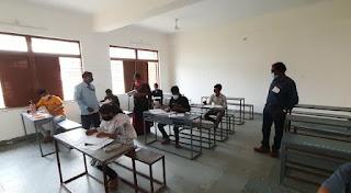 एमपी बोर्ड विशेष परीक्षा शुरू, केंद्र पर विद्यार्थीओ को थर्मल स्क्रीनिंग एवं सेनेटाईजर से हाथ साफ़ करवा कर दिया प्रवेश