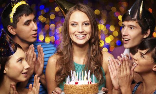 Jóvenes celebrando el cumpleaños