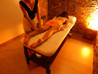 coco chinese masseuse massaging leg in oriental massage center Hâi, Malaga, sexy, naked client, erotic