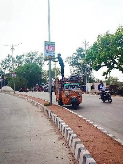 डिवाइडर रोड पर स्ट्रीट लाइट महीनों से बंद, लेकिन बिना अनुमति धड़ल्ले से लग रहे होर्डिंग | Khaniyadhana News