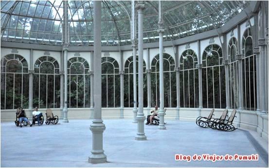 El Palacio de Cristal en el Parque del Retiro en Madrid es una pequeña joya de metal y cristal. Está ligeramente alejado de la zona mas visitada y turística del parque.