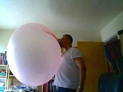 Mann macht riesige Kaugummisblase lustig
