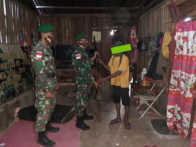 Satgas Pamtas Sektor Timur Terima Penyerahan Dua Unit Senpi Dari Warga