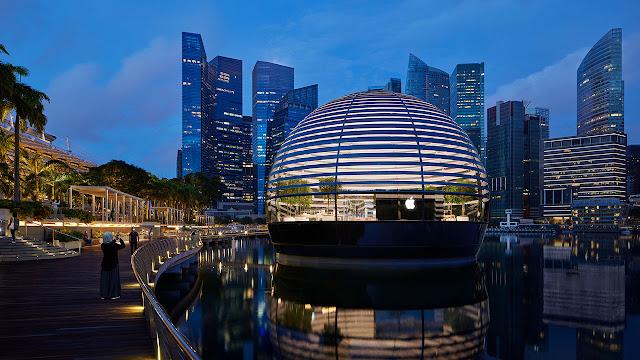 tienda de apple en forma de cúpula sobre la bahía de singapur, atardecer