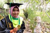 Cerita Gadis Hidup Sebatang Kara, Photo Wisuda Didampingi Batu Nisan Ayah.