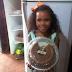 Menina volta de festa da escola com bolo inteiro e causa comoção na web: 'queriam os mais bonitos e decorados'