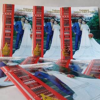 Dalam Pernikahan Resmi Suku Batak Toba Surat Undangan adalah Salah satu bagian atau item yang sangat Penting Untuk di persiapkan Sebelum Memasuki Acara Hari-H sesuai tanggal yang sudah Di tentukan.    Selain dari berbagai Persiapan lainya seperti: baju dan Jas Pengantin,Sadun(Ulos Batak),musik,Catering  ,Gedung (dekorasi),Dan Berbagai keperluan lainya pasangan Yang akan merayakan Acara Sakral Pernikahan juga wajib membuat desain Gambar Undangan Pernikahan Batak Toba.    Kegunaan Dan Manfaat gambar Undangan pernikah Ini adalah Supaya Masyarakat yang di undang dapat mengetahui bahwa kita akan mengadakan Upacara Adat pernikahan,karena di gambar desain pernikahan ini di bubuhi Tanggal,letak lokasi,photo,dan data diri yang akan menikah,serta data keluarga calon pasangan yang menikah.    Untuk itu Blog Curahan Online menyediakan beberapa Gambar (cover)Undangan Pernikahan Batak Toba,jika pasangan yang akan menikah Bingung dalam membuat Cover undangan Pernikahan,Ini Rekomendasi Terbaik bagi kamu:    Cover Desain Gambar Surat Undangan Pernikahan Pada  Suku Batak Toba;   Gambar1 Cover desain(gokhon Dohot jou-jou) surat Undangan pernikahan Batak Toba    Gambar2 Cover desain(gokhon Dohot jou-jou) surat Undangan pernikahan Batak Toba    Gambar 3 Cover desain(gokhon Dohot jou-jou) surat Undangan pernikahan Batak Toba    Gambar 4 Cover desain(gokhon Dohot jou-jou) surat Undangan pernikahan Batak Toba    Gambar 5 Cover desain(gokhon Dohot jou-jou) surat Undangan pernikahan Batak Toba  Gambar 6 Cover desain(gokhon Dohot jou-jou) surat Undangan pernikahan Batak Toba    Gambar 7 Cover desain(gokhon Dohot jou-jou) surat Undangan pernikahan Batak Toba    Gambar 8 Cover desain(gokhon Dohot jou-jou) surat Undangan pernikahan Batak Toba  Gambar 9 Cover desain(gokhon Dohot jou-jou) surat Undangan pernikahan Batak Toba   Isi Surat Undangan Pernikahan Batak Toba  Sebelumnya isi Surat Undangan Pernikahan Batak Toba   sudah di tuliskan di artikel sebelumya silahkan klik yang berjudul :  Contoh 
