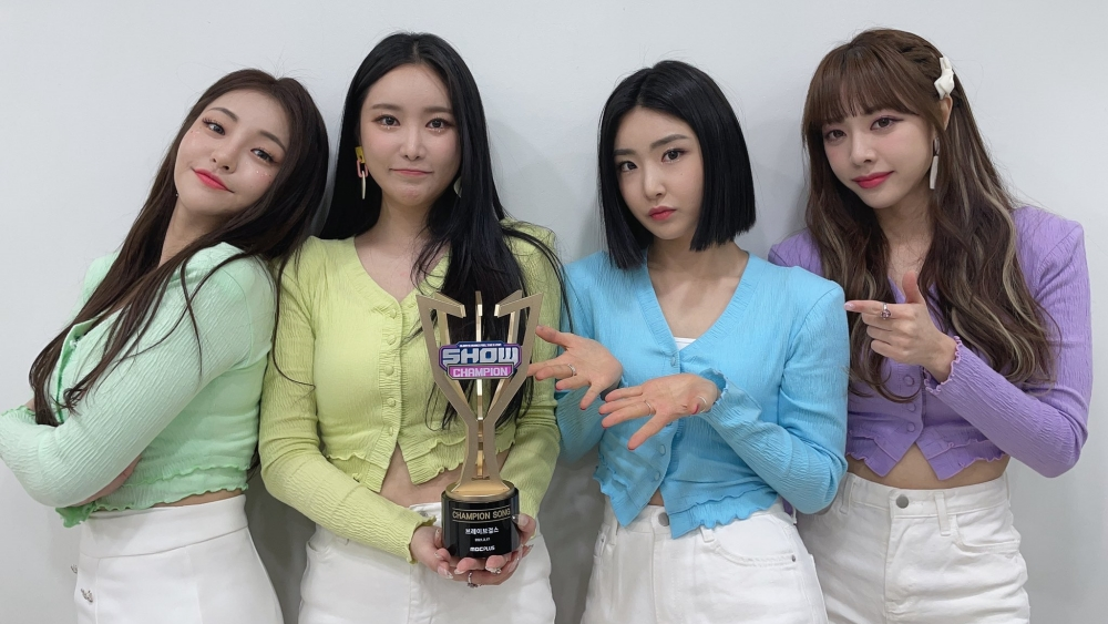 Brave Girls Wins 3rd Trophy For 'Rollin' on 'Show Champion'